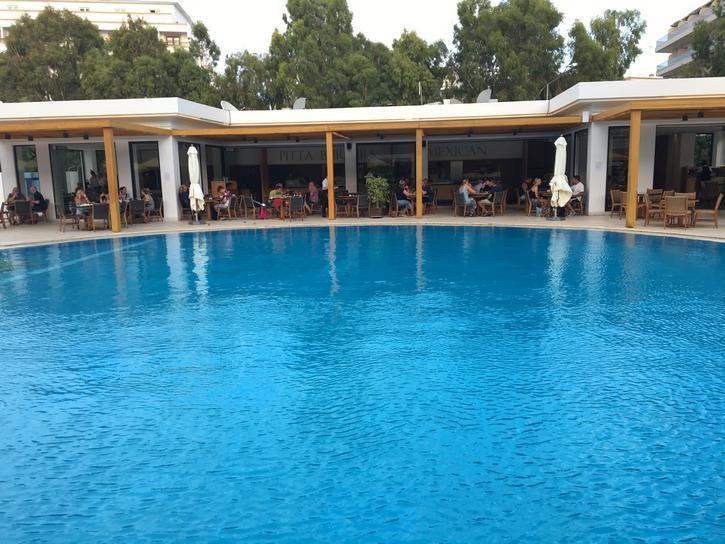 המסעדות ליד הבריכה מלון גרנד הוטל ברודוס