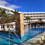 הבריכה החיצונית במלון אלכסנדר